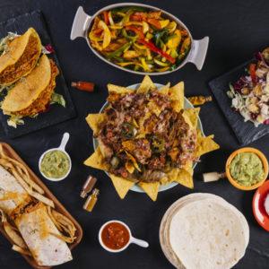 plato-nachos-medio-comida-mexicana_23-2147740699